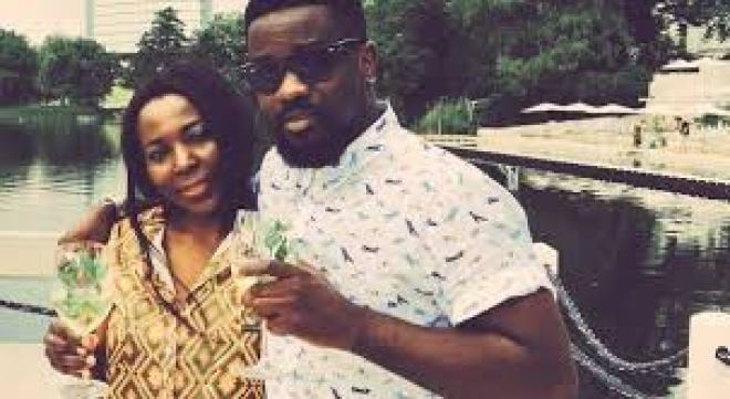 Sarkodie hanging out with Tracy's mother