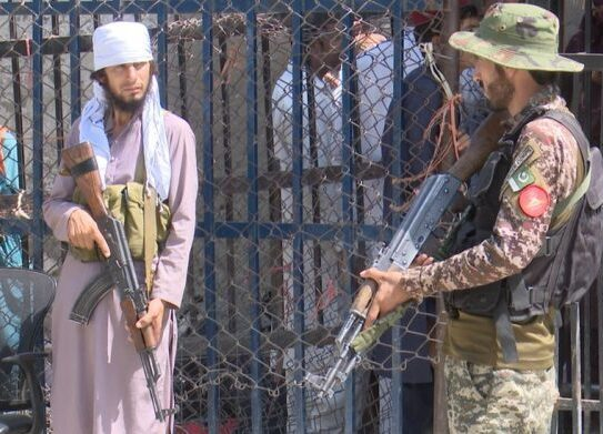 Afghanistan: Pakistan fences off from Afghan refugees