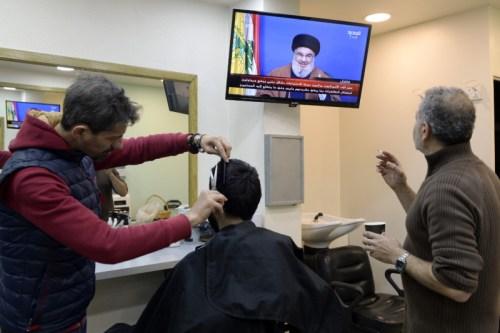 لبنانيون يتابعون كلمة زعيم حزب الله عبر التلفاز من بيروت، لبنان (اي بي ايه)