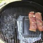 bak het varkenshaasje met rauwe ham indirect op de bbq