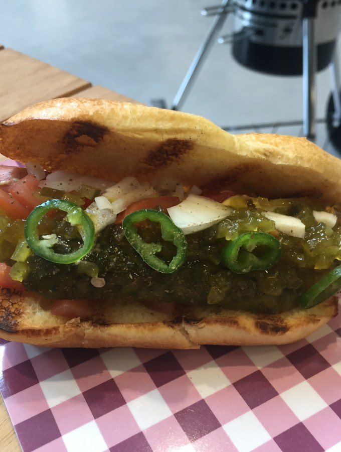 chicago style hot dog met pickle relish, mosterd en zoete ajuin
