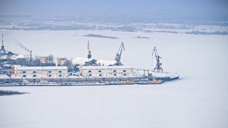 Речной грузовой порт Нижнего зимой