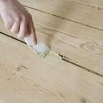 Если появились щели  в полу и рамах-готовим цветную замазку.