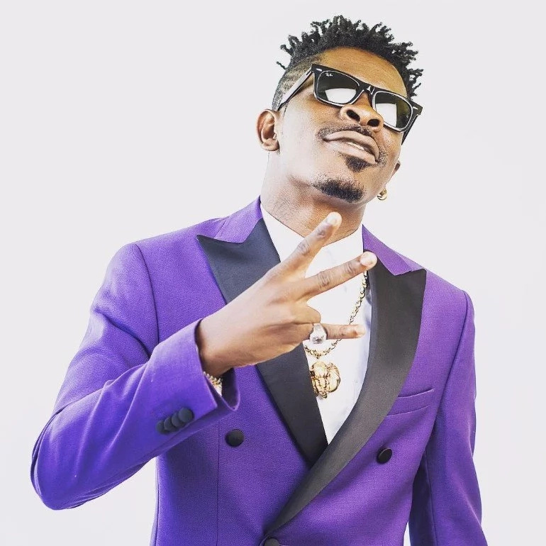 King of The Street: Shatta Mobbed By kids, Market Women And Thousands Of Fans On The Street