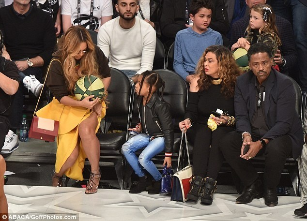 Too Much MONEY: Beyonce Carries ₵ 6,000 Celine Bag, Her Daughter, Blue Ivy Carries A ₵ 7,000 LV Purse To NBA All Star Game (PHOTOS)