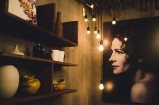 She Cafe: Là đứa con của ba cựu sinh viên trường ĐH Kiến trúc, She nhẹ nhàng, dễ chịu, thoải mái và rất Kiến trúc trong từng bức tranh, từng mảng mộc của tường, chiếc ghế bành êm ái hay lọ hoa tươi trên bàn. Địa chỉ: Tầng 1 số 58B Pasteur, Q. 1, TP. HCM.