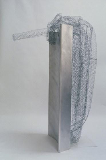 Mine de rien, 1997, 215 x 97 x 145 cm, aluminium brossé, grillage