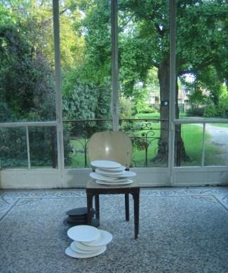 Un peu de temps à l'état pur Porcelaine 33 x 14 x 15 cm chacune 2004 et chaise vue de l'exposition «le théâtre des pesanteurs», Centre d'art Passages, Troyes, 2006