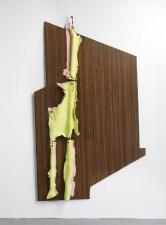 Sculpture frontale, 2016, stratifié et céramique, 164 x 100 x 6 cm, photographie : Raphaël Chipault et Benjamin Soligny