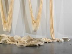 Le théâtre des pesanteurs, 2006, Textile et faïence de Gien, vue de l'exposition : La machinerie du réel, l'arsenal, Musées de, Soissons, 2010/11, photographe : Raphaël Chipault