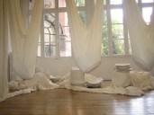 Le théâtre des pesanteurs, installation, 2006, Textile et faïence de Gien, vue de l'exposition : le théâtre des pesanteurs, Centre d'art Passages, Troyes, 2006