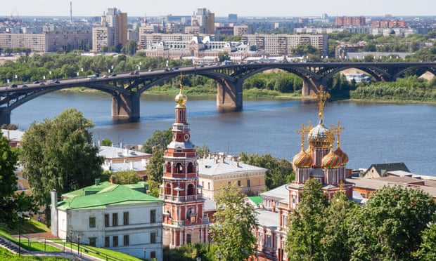 Russian journalist sets herself on fire after police search property