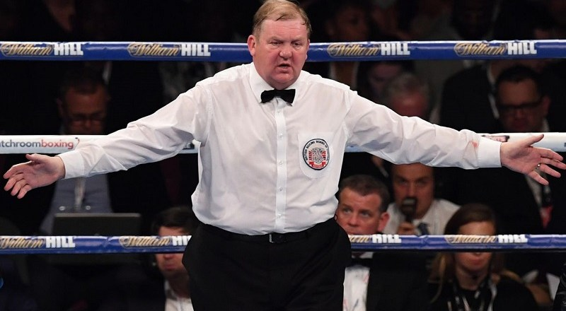 Boxing judge investigated for looking at phone during fight