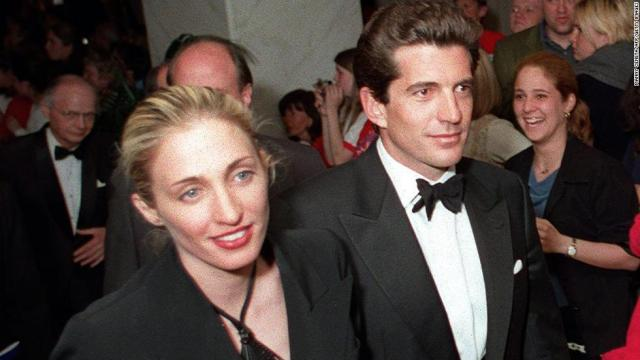 (FILES) This 01 May, 1999, file shows John F. Kennedy Jr. and his wife Carolyn Bissette as they leave at the end of the White House Correspondent's annual dinner in Washington, DC, 01 May. A light place piloted by Kennedy and carrying his wife and at least one other passenger has been reported missing of the US east coast and a massive search is underway.   AFP PHOTO/Manny CENETA (Photo credit should read MANNY CENETA/AFP/Getty Images)