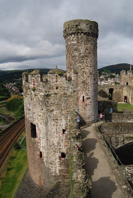 The Bakehouse Tower with watchtower, guarding the Inner Ward, overlooking the North Wales Coast Line By Nigel Chadwick, CC BY-SA 2.0, https://commons.wikimedia.org/w/index.php?curid=14229486