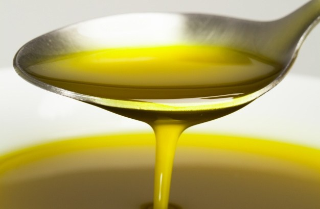 spoon-with-olive-oil_1216-424