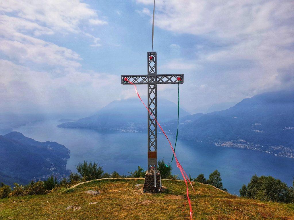Croce in ferro a picco sul lago a Camaggiore