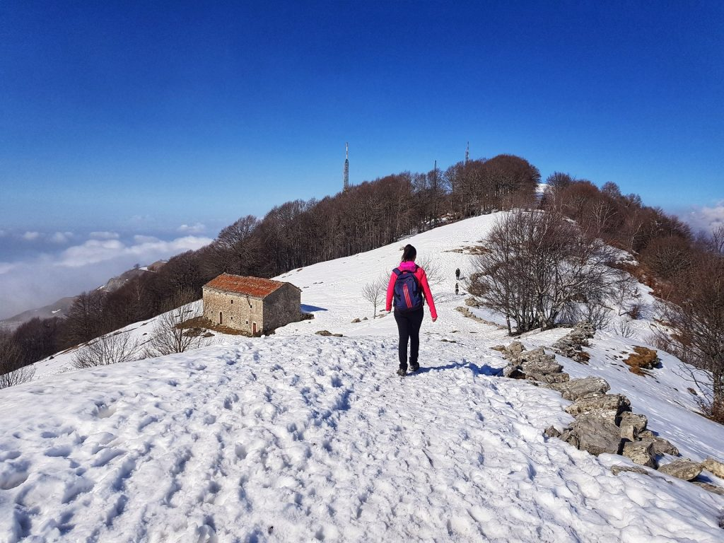 valcava e monte linzone con la neve