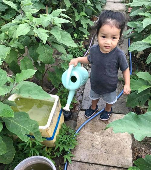 Tận dụng mảnh vườn nhỏ dưới sân chung cư, Á hậu Diễm Châu trồng nhiều loại rau và mỗi loại chỉ đủ dùng cho cô cùng hai con trai (bé lớn là người cháu được Châu nuôi từ nhỏ). Con trai ruột của Diễm Châu tên thân mật là Cool và hiện 21 tháng tuổi.