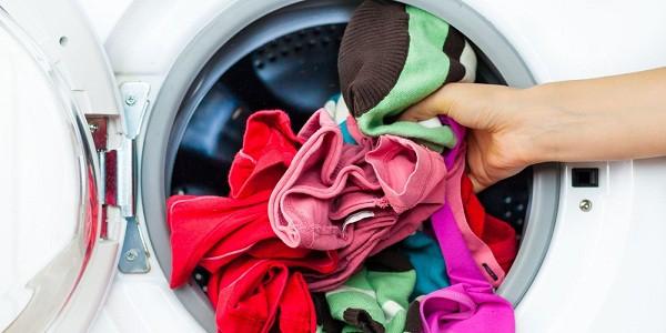 Bác sĩ khuyến cáo không nên giặt chung đồ lót trong máy giặt.