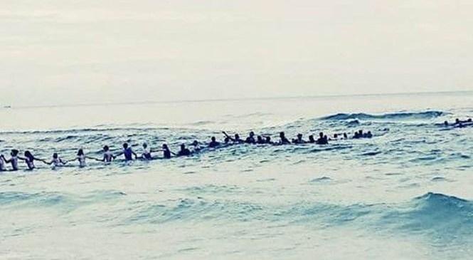 80 người kết tay nhau xuống biển cứu 9 người đang đuối nước