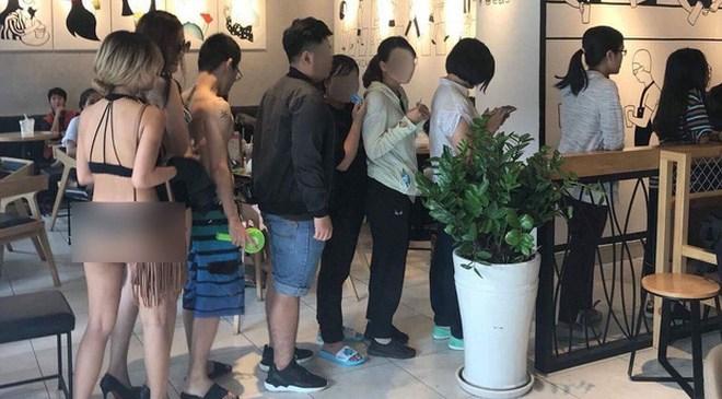 Chiêu khuyến mại kỳ quặc: Bạn trẻ mặc bikini đến hàng trà sữa để được giảm giá 100%