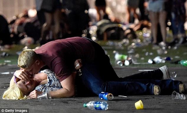 Matthew Cobos lấy thân mình che cho cô gái trong vụ xả súng tại Las Vegas (Ảnh: Getty)