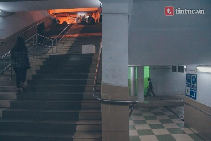 Nhịp đời thi vị cách thành phố ồn ào vài bước chân cầu thang.