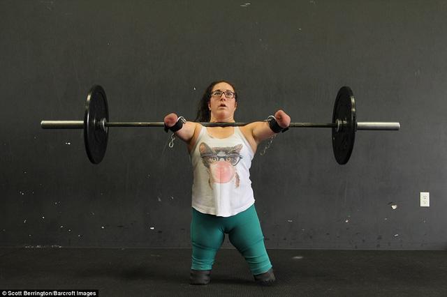 Lindsay Hilton là một chuyên gia thể hình, cô chơi được nhiều môn thể thao, dù sinh ra mà không có đầy đủ chân tay. Người phụ nữ 31 tuổi đến từ tỉnh Nova Scotia, Canada, đã không để những khiếm khuyết cơ thể cản trở giấc mơ thể thao của cô. Từ khi còn bé, Lindsay đã học trượt tuyết, bơi lội, chơi bóng bầu dục…