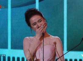 Nhã Phương khóc trên sân khấu nhận giải Cánh diều Vàng