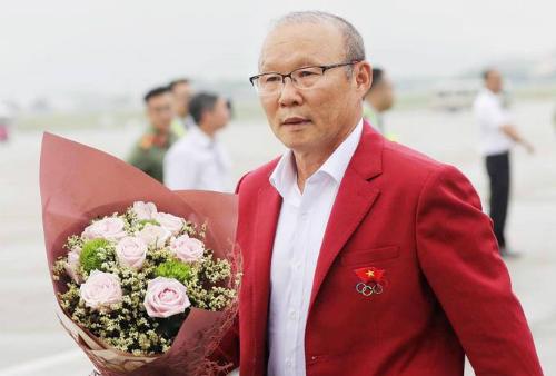 Ông Park Hang-seo được chào đón khi vừa trở về từ Asiad tại Indonesia. Ảnh: Ngọc Thành.