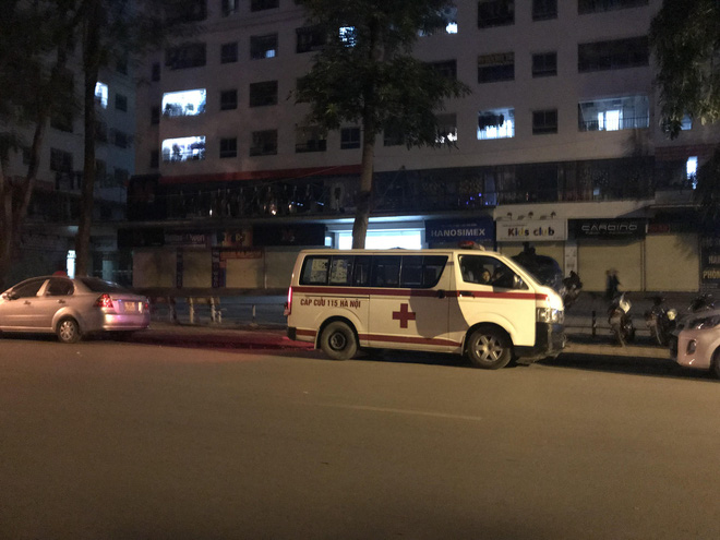 Cảnh sát đưa 2 cô gái rời khỏi tầng 31 trong đêm sau vụ bé sơ sinh rơi từ tầng cao tử vong - Ảnh 5.