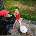 Dân mạng ấm lòng ngày mưa bão với hình ảnh ông bố kiên nhẫn đút từng thìa cháo cho con gái nhỏ