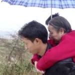 Người đàn ông Trung Quốc 15 năm cõng mẹ đi tìm việc