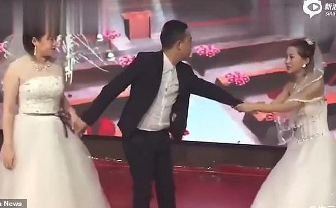 Cặp đôi chuẩn bị hôn nhau thì bồ cũ chú rể mặc váy cưới xông vào lễ đường