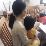 """Người mẹ đau đớn tố cáo lão già xâm hại con gái 3 tuổi: """"Con bé nói ông ta làm con đau, hôn vào mặt con…"""""""