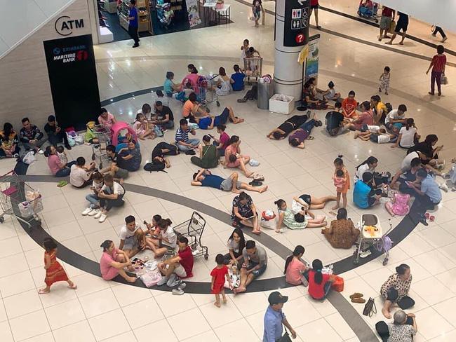 Bức ảnh hàng chục người mang đồ ăn thức uống, nằm ngồi la liệt giữa TTTM ở Hà Nội để trốn nóng gây bức xúc
