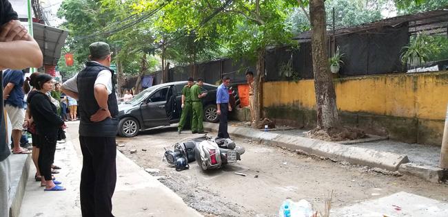 Hà Nội: Nữ tài xế lái Camry lùi xe, nghi đạp nhầm chân ga tông chết một phụ nữ lớn tuổi