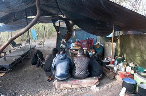 Bên trong trại ẩn náu của người Việt chờ sang Anh
