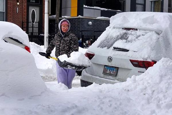 Hình ảnh người dân Texas oằn mình trong bão tuyết kỷ lục, đồ đạc trong nhà đóng băng, người dân chết vì mất điện