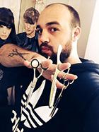 O Σάκης Μητρόπουλος, Color Expert από την Schwarzkopf φοίτησε στην σχολή κομμωτικής Gianneri Academy στην θεσσαλονίκη.