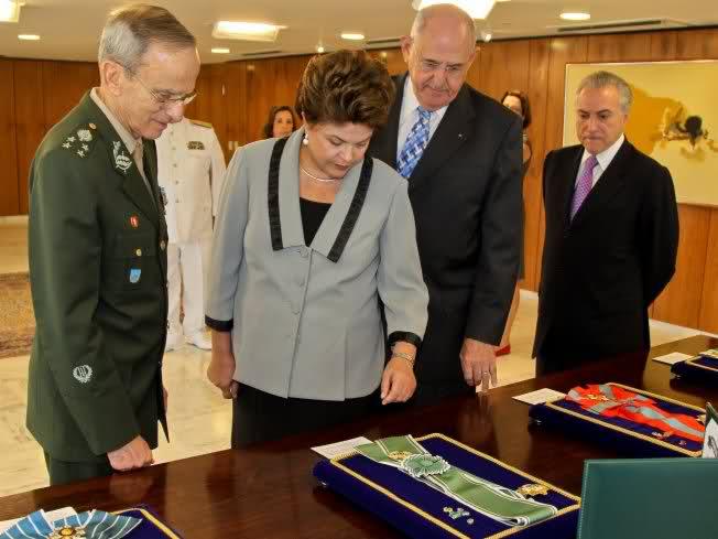 Após Calar Forças Armadas em 31 de Março, Dilma é Condecorada