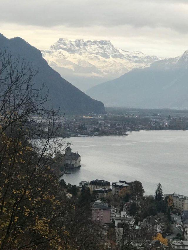 Com um pouco mais de 8 milhões de habitantes, é composta por 26 Estados chamados de cantões e sua capital é Berna