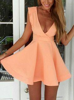 8 Flattering Outfits for Busty Women