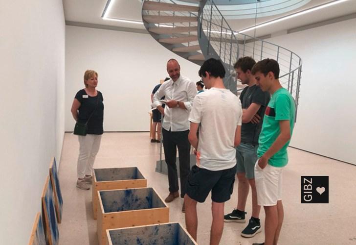 Jung lässt sich von Alt inspirieren – die Klasse PM/AU/KR3 besucht die Ausstellung des Aktionskünstlers Roman Signer