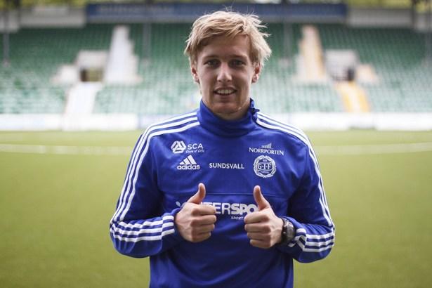 Emil Forsberg in posa con la maglia del Sundsvall