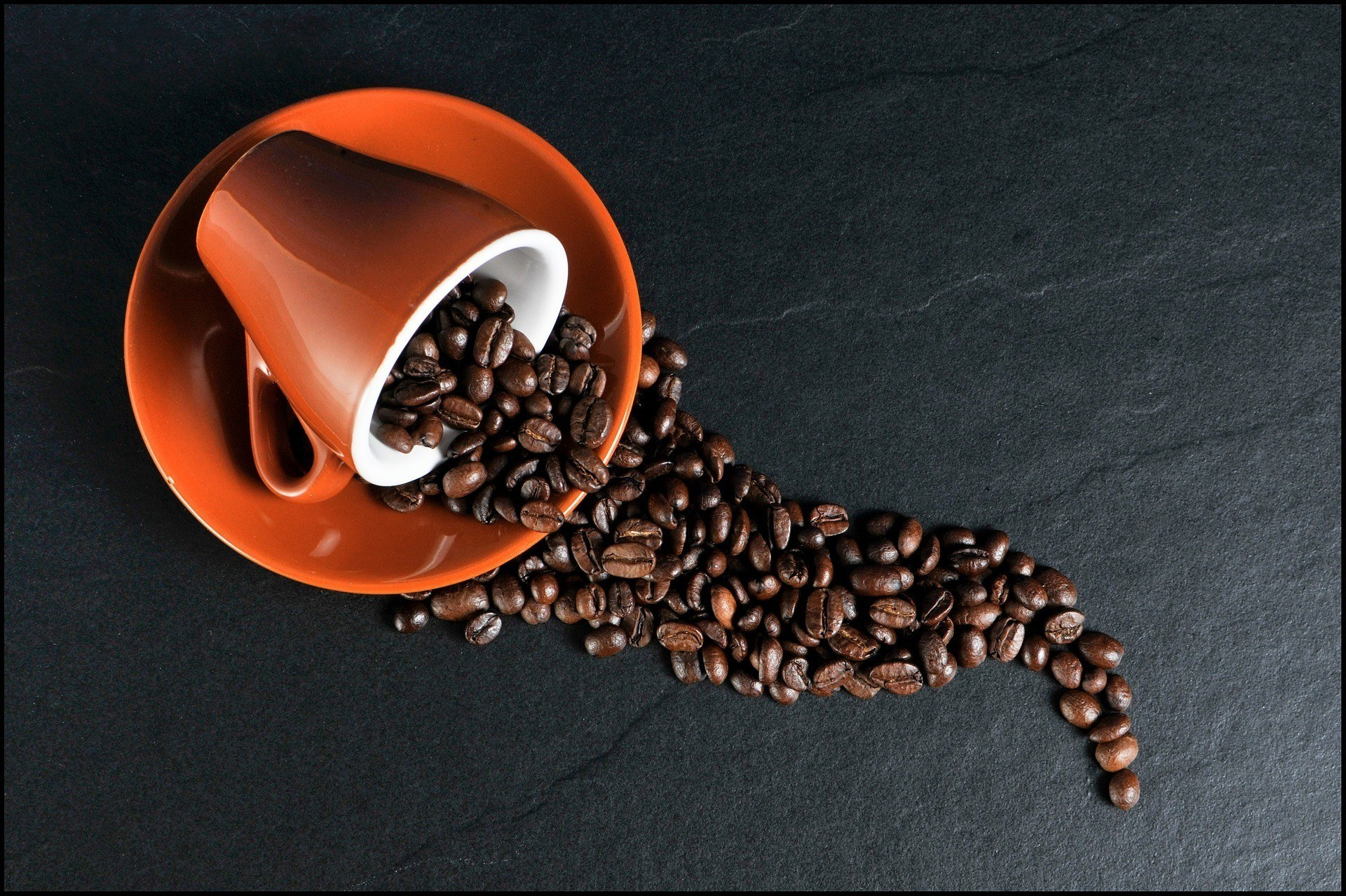 Gift ideas for coffee lovers: coffee mug with beans