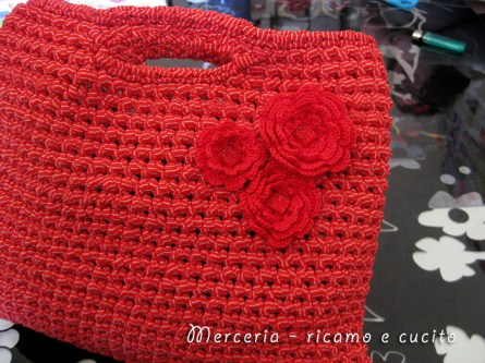 Borsa-in-fettuccia-rossa-con-fiori-2