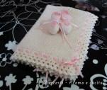 Scarpette e copertina in lana per neonata