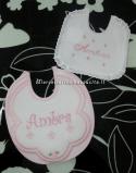 Set per nascita – Accappatoio, busta portaoggetti e bavette per Ambra